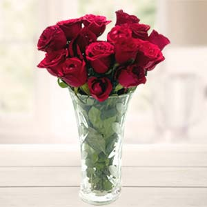 Red Roses In Vase: Birthday flowers Bareilly,  India